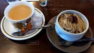 テーブルの上にコーヒーを一杯入れるの写真・画像素材[3828610]