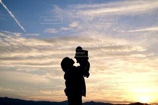飛行機雲と夕日との写真・画像素材[3993853]