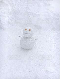 たたずむ子雪だるまの写真・画像素材[3764077]