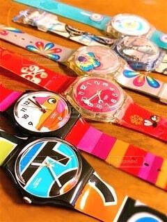 テーブルの上のカラフルな腕時計の写真・画像素材[3784203]