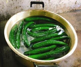 肉と野菜で満たされた緑のボウルの写真・画像素材[4655846]
