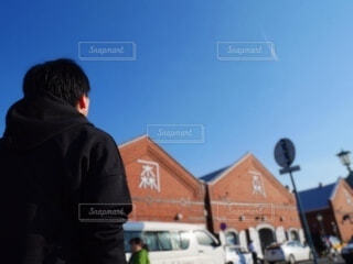 通りに立っている男の写真・画像素材[3761819]