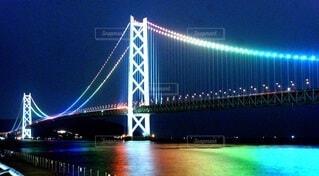 明石海峡橋を背景に、水域に架かる大きな橋の写真・画像素材[4070368]