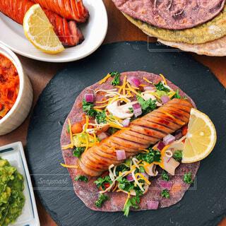 家族,食べ物,風景,おうちごはん,食事,食卓,朝食,緑,紫,野菜,皿,サラダ,昼食,健康,肉,パーティー,魚介類,ブランチ,タコス,ホームパーティー,ファストフード,トルティーヤ,大皿,ニンジン,メキシコ料理,丁寧な暮らし