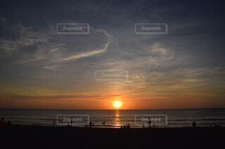 ビーチに沈む夕日の写真・画像素材[3751706]