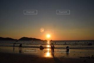 ビーチの夕焼けの写真・画像素材[3751711]