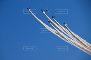 青い空を飛んでいる戦闘機の写真・画像素材[3751749]