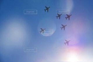 空中を高く飛ぶ航空機の写真・画像素材[3751753]