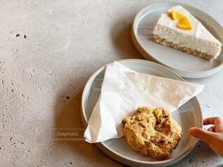 紙皿の上に座っているケーキの写真・画像素材[3753127]