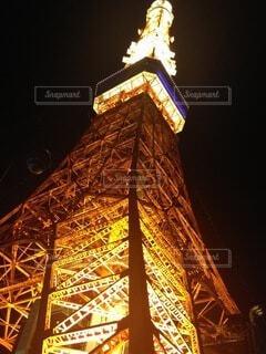 夜の東京タワーを下からの写真・画像素材[3765314]