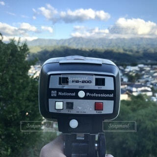 背景に山のある駐車メーターのクローズアップの写真・画像素材[3773160]