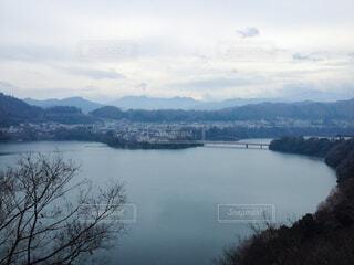 冬の湖畔の写真・画像素材[4784889]