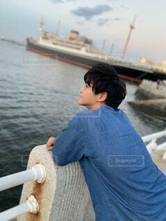【高画質】海辺で黄昏れる男の写真・画像素材[3790926]