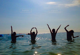 水を泳ぐ人たちのグループ - No.745656