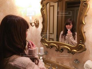カメラにポーズ鏡の前に立っている人の写真・画像素材[763309]