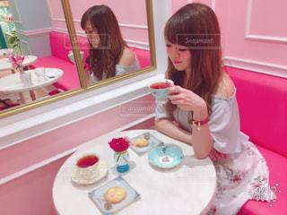 食品のプレートをテーブルに座って女の子 - No.770414
