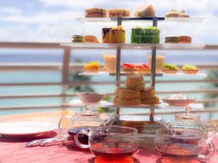 ワイングラスとテーブルに座っている人のグループ - No.786219