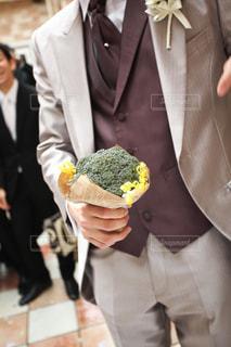 花を保持しているスーツの男 - No.788215