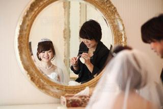 カメラにポーズ鏡の前に立っている人の写真・画像素材[788221]