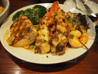 テーブルの上に食べ物のプレートの写真・画像素材[808102]