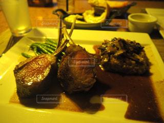 フォークで食べ物の皿 - No.808139