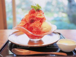 近くのテーブルの上に食べ物のプレートの写真・画像素材[826072]