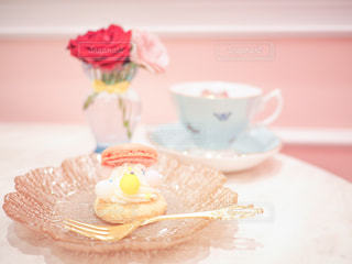 皿の上のケーキの一部の写真・画像素材[826077]