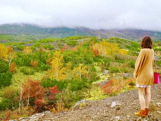 山に立っている女性の写真・画像素材[850605]