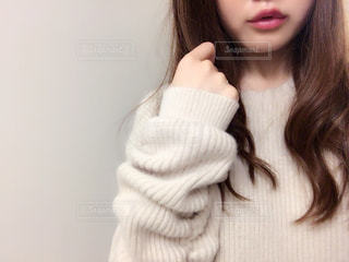 白いシャツを着ている女性の写真・画像素材[858290]