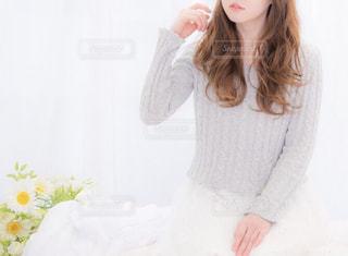 白いシャツを着ている女性の写真・画像素材[858295]