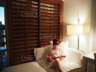 ベッドの上に座っている人の写真・画像素材[865955]