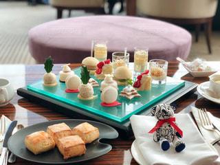 テーブルな皿の上に食べ物のプレートをトッピング - No.868608