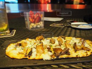 テーブルの上に食べ物のトレイ - No.870213