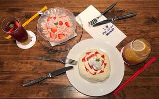 テーブルの上に食べ物のプレートの写真・画像素材[870225]