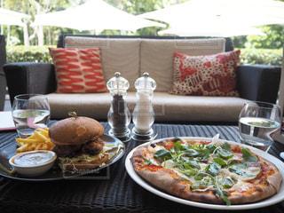テーブルの上に食べ物のプレートの写真・画像素材[888050]