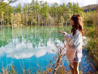 湖の前に立っている人の写真・画像素材[894034]