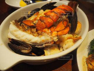 テーブルの上に食べ物のプレートの写真・画像素材[913815]