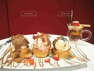 皿の上のケーキを持つテーブルの写真・画像素材[913817]