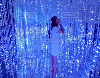 ブルー シャワー カーテンの人の写真・画像素材[914890]