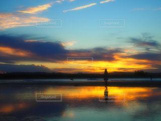 水の体に沈む夕日の写真・画像素材[924124]