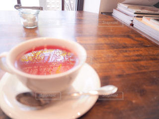 テーブルにあるスープのボウルの写真・画像素材[928131]