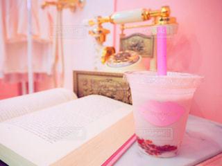 テーブルの上に座ってお茶を飲みの写真・画像素材[928134]