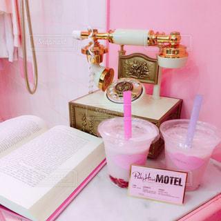 テーブルの上のピンクの花でいっぱいのボックスの写真・画像素材[928135]