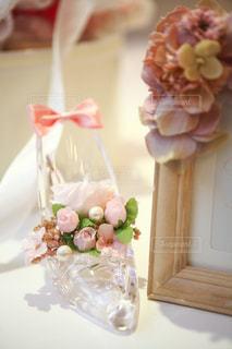 近くにテーブルの上の花の花瓶のアップの写真・画像素材[935674]
