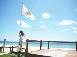 近くの浜辺で、海の横に傘をの写真・画像素材[957909]