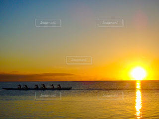 水の体に沈む夕日の写真・画像素材[961317]