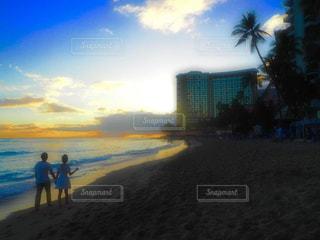 ビーチの前に立っている男の写真・画像素材[961320]