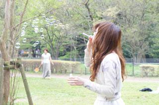 公園に立っている女性の写真・画像素材[985292]