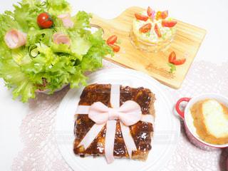 テーブルの上に食べ物のプレートの写真・画像素材[1008420]