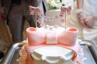 バースデー ケーキでテーブルに座っている人の写真・画像素材[1008422]